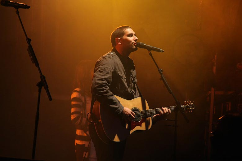 Easy Christian Worship Songs to Play on Guitar Featured Image