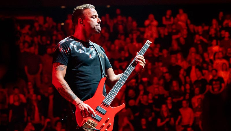Chris Wolstenholme Playing an Easy Bass Guitar Song for Beginners