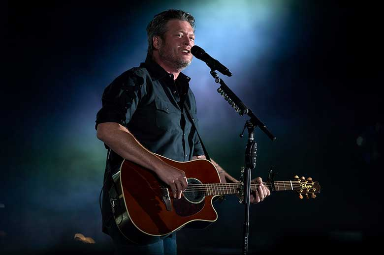 Blake Shelton Playing an Easy Acoustic Guitar Song