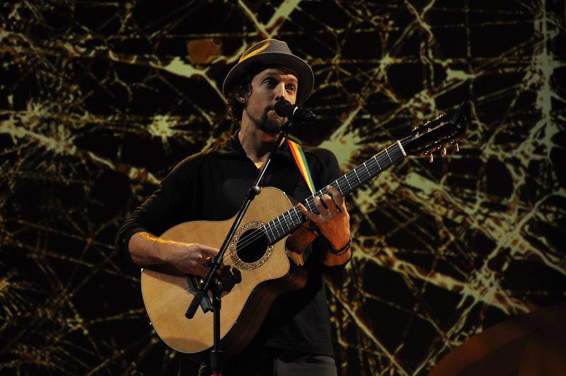 Jason Mraz Playing an Easy Love Song on Guitar