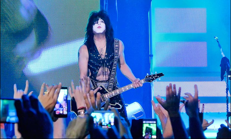 Paul Stanley Playing Guitar Live
